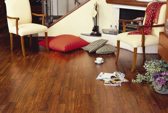 现代装修地板是最常见的,地板类型也多种多样,今天就和重庆装饰公司郑工一起来了解一下。 地板种类繁多,有实木地板、强化复合木地板、实木复合地板、竹木地板、软木地板以及目前最流行的多层实木复合地板等,下面就来详细了解下实木地板和强化地板。 实木地板是木材经烘干,加工后形成的,具有花纹自然,脚感舒适,安全性强的特点,具有隔音隔热,调节湿度,冬暖夏凉,绿色无害,华丽高贵等优点,是家庭地面装修的理想材料,实木的装饰风格返璞归真,质感自然,在森林覆盖率下降,大力提倡环保的今天,实木地板则更显珍贵,不是什么都是完美的